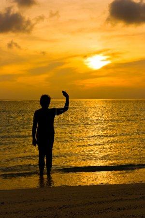 Photo pour Coucher de soleil, mer, plage et silhouette de femme - image libre de droit