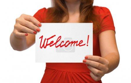 Photo pour Femme avec carte bienvenue isolé sur fond blanc - image libre de droit