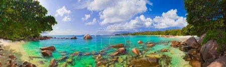 Photo pour Panorama de la plage Anse Lazio aux Seychelles - arrière-plan de la nature - image libre de droit