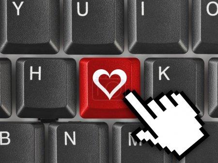 Photo pour Clavier d'ordinateur avec la clé de l'amour - concept internet - image libre de droit