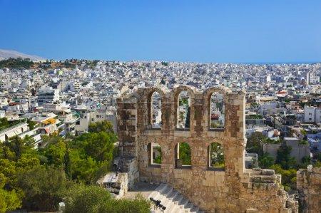 Foto de El Teatro Odeón en Atenas, Grecia - vistas de la Acrópolis - Imagen libre de derechos