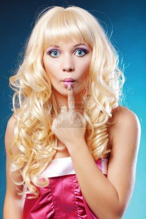 Photo pour Modèle semblable à une poupée se faisant passer pour une blonde stupide - image libre de droit