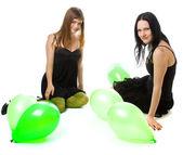Dvě mladé dívky s baňkách zelená