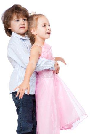 Kleine verliebte Jungen und Mädchen
