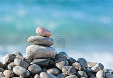 Photo pour Pierres équilibrées sur la mer - image libre de droit