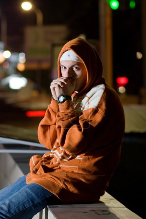 Photo pour À la mode jeune homme posant à l'extérieur de la ville - image libre de droit