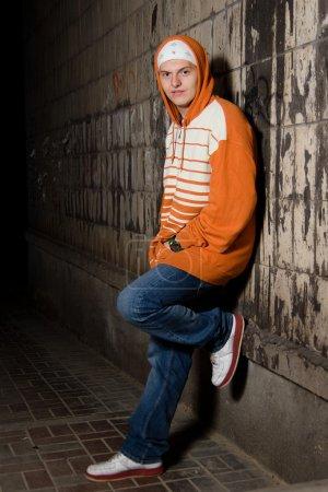Photo pour Membre de gang de rue sur la rue la nuit - image libre de droit