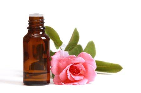 Photo pour Bouteilles d'huile essentielle et rose rose - image libre de droit