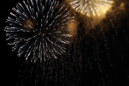 Foto de Bellos fuegos artificiales en el cielo negro. coloridos fuegos artificiales. ideal para fiestas patrias, año nuevo o cualquier otra celebración. - Imagen libre de derechos
