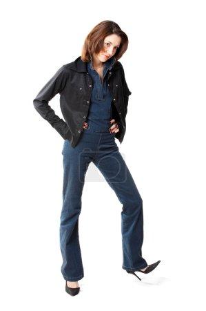 Photo pour Femme aux cheveux bruns en jeans isolés au fond blanc - image libre de droit