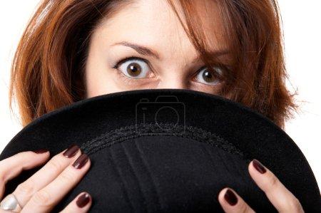 Photo pour Jeune femme avec chapeau isolé sur le fond noir - image libre de droit