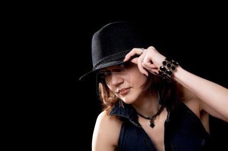 Photo pour Jeune femme au chapeau isolé sur le fond noir - image libre de droit