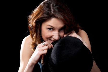 Photo pour Femme avec chapeau isolé sur le fond noir - image libre de droit