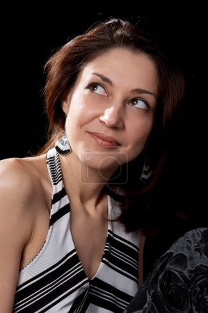Photo pour Femmes aux cheveux bruns en chemisier rayé isolé au fond noir - image libre de droit