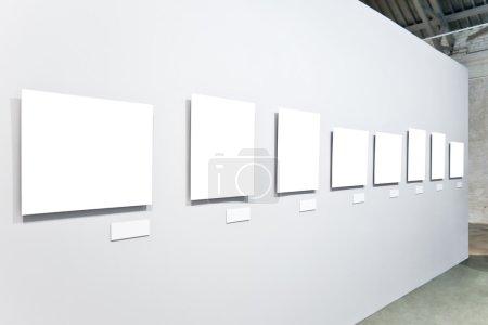 Photo pour Huit grandes bannières blanches vides sur l'exposition - image libre de droit