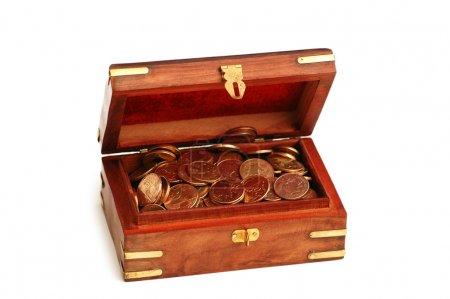 Photo pour Malle en bois pleine de pièces d'or isolées sur blanc - image libre de droit