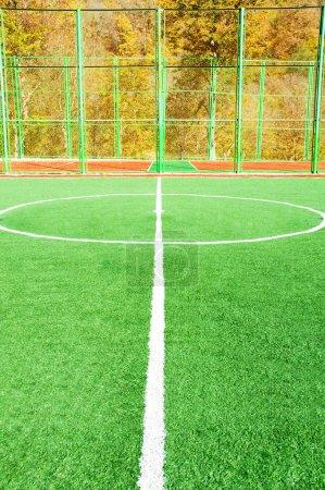 Photo pour Terrain de football le jour d'été lumineux - image libre de droit