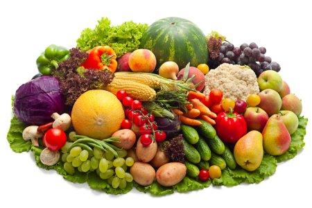 Foto de Verduras frescas, frutas y otros productos alimenticios aislados en blanco. - Imagen libre de derechos