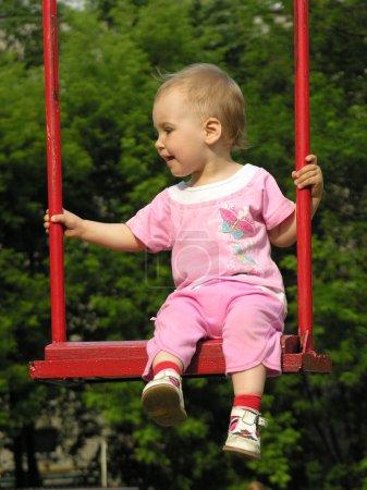 Photo pour Bébé sur swing 2 - image libre de droit