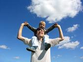 Otec se synem na ramena slunečný den 2