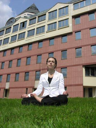 Photo pour Yoga femme d'affaires - image libre de droit
