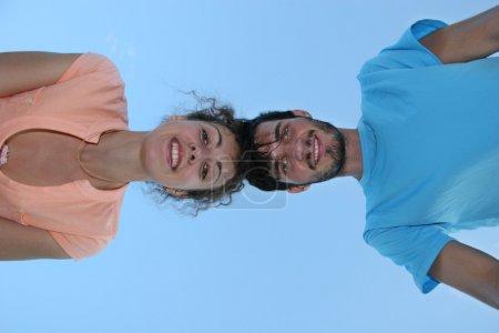 Photo pour Couple regarder vers le bas - image libre de droit