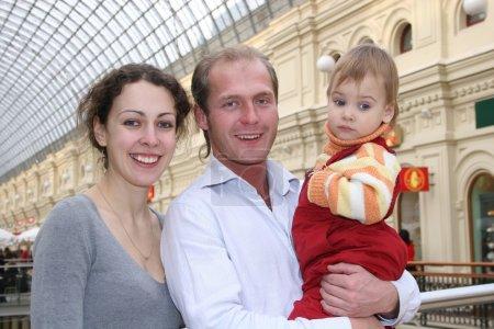 Photo pour Famille avec bébé dans la boutique - image libre de droit