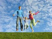 Fly šťastná rodina na modré obloze