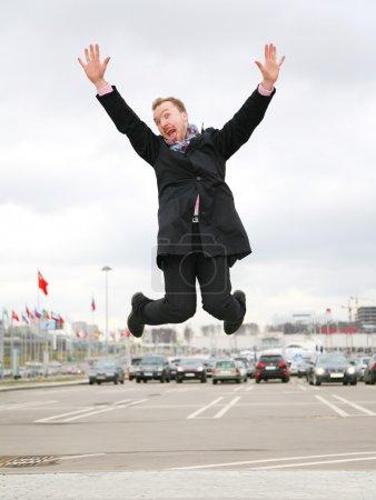 Photo pour Sauter homme sur un parking - image libre de droit