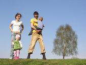 čtyřčlenná rodina. jaro