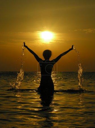 Foto de Mujer al amanecer con gotas de agua - Imagen libre de derechos