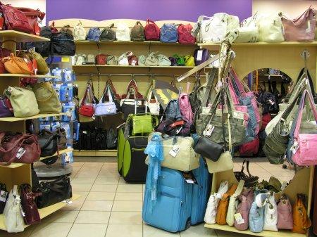Photo pour Sacs en boutique - image libre de droit