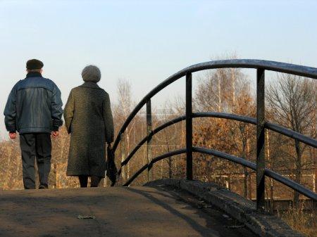 Photo pour Retraités sur le pont - image libre de droit