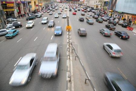 Photo pour Beaucoup de voitures sur la grande route de Moscou - image libre de droit
