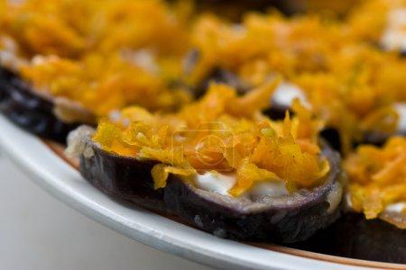 Photo pour Série Food : aubergine avec carotte, plat végétarien - image libre de droit