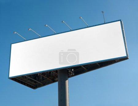 Photo pour Panneau d'affichage blanc sur bleu ciel - image libre de droit