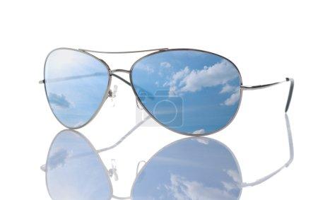 Photo pour Lunettes de soleil isolées sur blanc . - image libre de droit