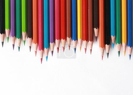 Photo pour Crayons de couleur à organiser en couleurs de roue de couleur sur fond blanc - image libre de droit