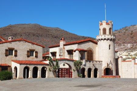Photo pour Scoty's Castle dans la vallée de la mort aux États-Unis. Le magnifique ensemble du palais - image libre de droit