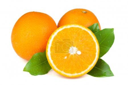 Photo pour Douce orange juteuse avec green leafs. isolé sur fond blanc - image libre de droit