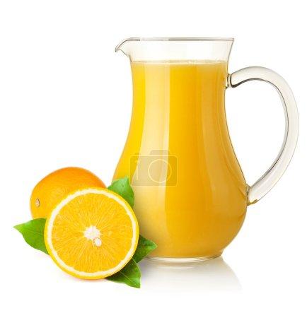 Photo pour Jus d'orange dans le pichet et oranges. isolé sur fond blanc - image libre de droit