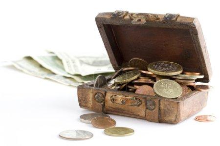 Photo pour Vieille valise marron pleine d'argent sur fond blanc - image libre de droit