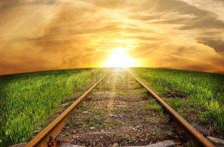 Photo pour Vieux rails rouillés - le chemin de fer qui part de loin - image libre de droit