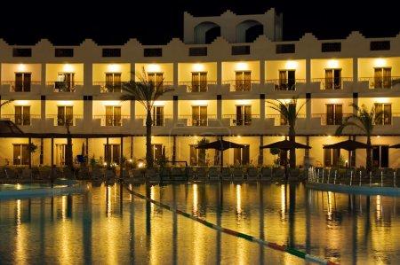 Photo pour Hôtel Resort la nuit - image libre de droit