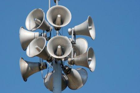Photo pour Beaucoup de haut-parleurs blancs sur une colonne - image libre de droit