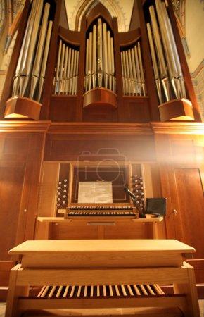 Photo pour Vieil orgue en perspective - image libre de droit
