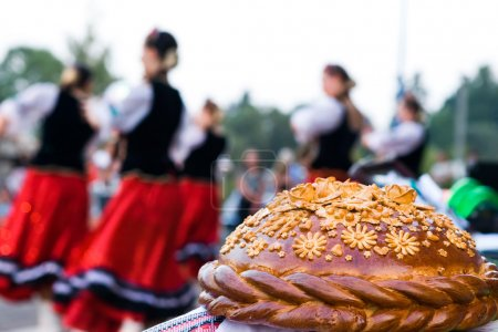 Photo pour Miche festive sur fond de danse - image libre de droit