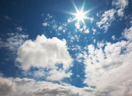 Photo pour Ciel solaire foncé lumineux bleu avec des nuages - image libre de droit