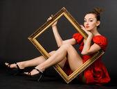 jolie fille en robe rouge