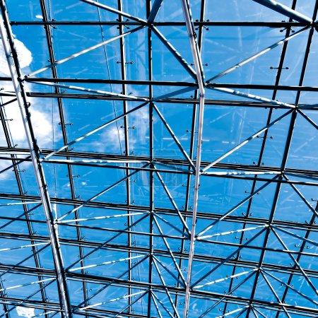 Photo pour Violet plafond éclairé centre commercial intérieur - image libre de droit
